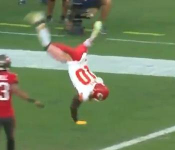 Tyreek Hill flips into end zone to troll Bucs on TD (Video)